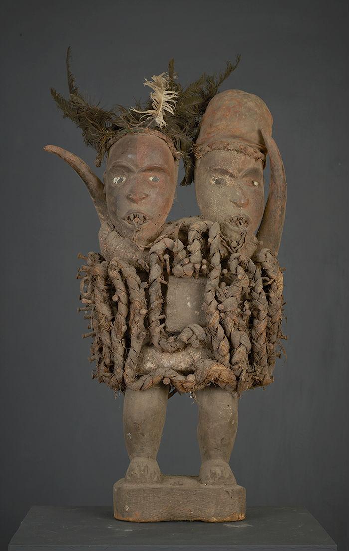 statue africaine clous